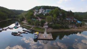 aerial Paare in den lokalen Wohnhäusern auf mittlerem Hafen und festgemachten Yachten stock video