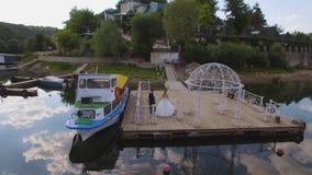 aerial Paare in den lokalen Wohnhäusern auf mittlerem Hafen und festgemachten Yachten stock footage