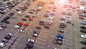 aerial Parkplatz mit Autos lizenzfreie stockbilder