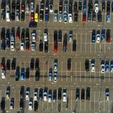 aerial Parkplatz mit Autos lizenzfreie stockfotos