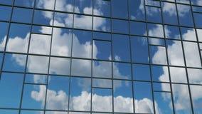 aerial Reibungsfreie Kamerabewegung vor den Bürogebäudefenstern, die sonnigen blauen Himmel mit weißen geschwollenen Wolken refle stock footage
