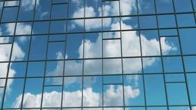 aerial Reibungsfreie Kamerabewegung vor den Bürogebäudefenstern, die sonnigen blauen Himmel mit weißen geschwollenen Wolken refle stock video footage