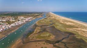 aerial Ria Formsa Tavira wird vom Himmel im Sommer gefilmt Stockfotografie