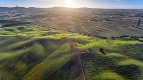 aerial schöne Vogelperspektive vom Brummen Feld mit Sonnenunterganghimmel-Naturlandschaft Lizenzfreies Stockfoto