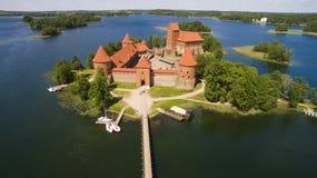 aerial Schönes altes Schloss in Trakai vom Himmel, Sommertag Lizenzfreie Stockbilder
