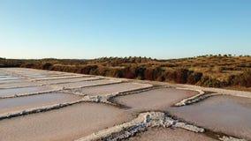 aerial Schießen des Brummens, Salzsümpfe nahe Vila Real Santo Antonio, Portugal stock footage