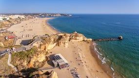 aerial Setzen Sie tres castelos, in Portimao, Ansicht vom Himmel auf den Strand Lizenzfreies Stockfoto