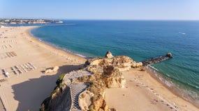 aerial Setzen Sie tres castelos und Rocha, in Portimao, Ansicht vom Himmel auf den Strand Stockbilder