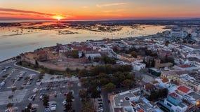 aerial Sonnenuntergang über der alten Stadt von Faro, Ansicht von der Luft lizenzfreies stockfoto