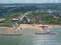 aerial Steinwellenbrecher in das Meer in Pattaya, Chonburi, Th Lizenzfreies Stockbild