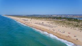 aerial Strand und Touristen auf der Insel Tavira Algarve Lizenzfreie Stockbilder