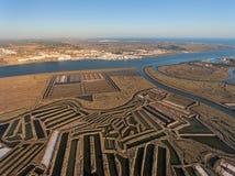 aerial Strukturierte Felder von sumpfigen Salzseen Salines von Portugal Vila Real Santo Antonio Lizenzfreies Stockfoto