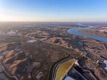aerial Strukturierte Felder von sumpfigen Salzseen Vila Real Santo Antonio Stockbild
