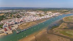 aerial Tavira-Cabanas wird vom Himmel im Sommer gefilmt Stockbild