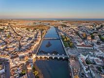 aerial Touristische Stadt Tavira, gefilmt vom Himmel Lizenzfreies Stockbild