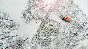 aerial Traktorschnee entfernt lizenzfreie stockfotos