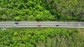 aerial Verkehr auf einer Landlandstra?e Beschneidungspfad eingeschlossen lizenzfreies stockbild