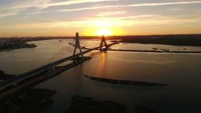aerial Videodrehflug über Brücke und Arade-Fluss Portimao stock footage