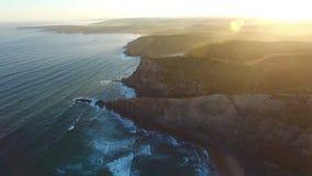 aerial Videogefangennahmenbrummen stützt Costa Vicentina, Sagres unter stock video