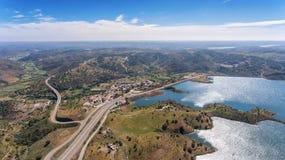 aerial Videography des Brummens, Reservoirverdammung Odeleite portugal Stockfotografie