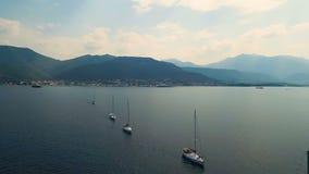 aerial Vier Yachten ausgerichtet auf adriatischem Meer stock footage