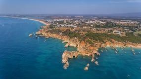 aerial Vorzügliche Strandriffe Submarino und Praia Joao de Arens Portimao Stockbild