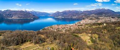 AerialAerial-Panoramablick von See Maggiore mit Schweizer Bergen, Italien Lizenzfreies Stockbild