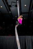 Aerialist che scala un ballerino di seta Climb fotografia stock