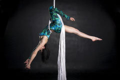 Aerialist que hace trucos en las sedas Fotografía de archivo