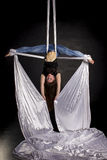 Aerialist que hace trucos en las sedas Fotos de archivo
