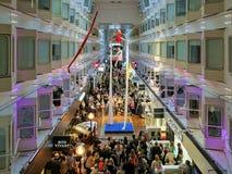 Aerialistshow auf dem Promenadendeck des Fähre Mitgliedstaates Silja Symphony Stockbild
