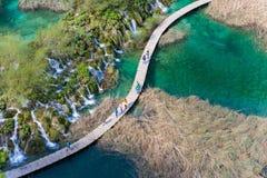 Aerialview de cascadas hermosas en el PA nacional de los lagos Plitvice Fotos de archivo