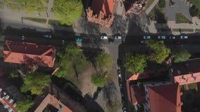 aerialview 4k dell'eredità di architettura gotica vicino alla chiesa di St Anne a Vilnius, Lituania archivi video
