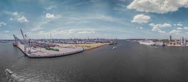 Aerialview na schronieniu od Hamburg z cruiseship i reklamy dokami obrazy royalty free