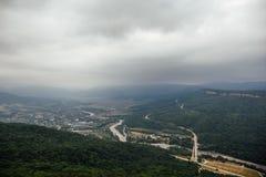 Aerialview von der Spitze des Berges in Berglandschaft Stockfoto
