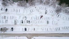 Aerila-Ansicht von schneebedeckten Autos stehen im Parkplatz an einem Wintertag Stockbilder
