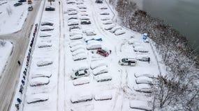Aerila-Ansicht von schneebedeckten Autos stehen im Parkplatz an einem Wintertag Stockfotografie