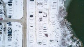 Aerila-Ansicht von schneebedeckten Autos stehen im Parkplatz an einem Wintertag Stockbild