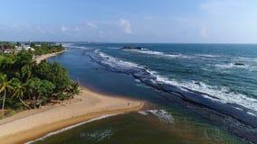 Aerival-Ansicht in Bewegungsseesandigen Strand und Lichtwellen am Erholungsort in Sri Lanka stock footage