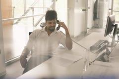 Aero amerikanischer Geschäftsmann, der Gespräch am Überlandleitungstelefon hat Lizenzfreie Stockbilder