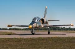 Aero- L-39C Albatros redondea la pista de rodaje Imagenes de archivo