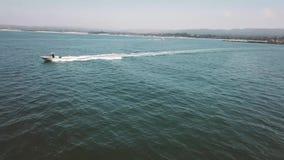 Aero, oceaanmeningen en stranden met het hotel stock footage
