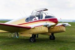 Aero version 45 av Aero 145 tvilling--pistong engined borgerligt nytto- flygplan på flygplats Royaltyfri Foto