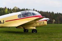 Aero version 45 av Aero 145 tvilling--pistong engined borgerligt nytto- flygplan på flygplats Arkivfoto