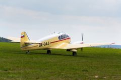 Aero version 45 av Aero 145 tvilling--pistong engined borgerligt nytto- flygplan på flygplats Arkivbilder