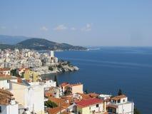Aero-vista bonita da cidade grega velha com os telhados telhados vermelhos e os painéis solares imagem de stock royalty free