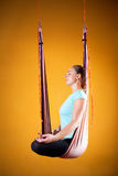 Aero Yoga in der Hängematte Lizenzfreies Stockbild