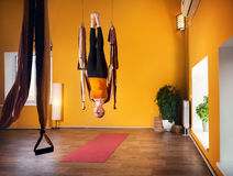 Aero Yoga in der Hängematte Lizenzfreies Stockfoto