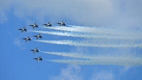 Aerobatic απόδοση ομάδας Aerobatic αετών RKAF μαύρη στη Σιγκαπούρη Airshow Στοκ εικόνες με δικαίωμα ελεύθερης χρήσης