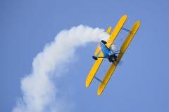 Aerobatic Biflugzeugflugzeug lizenzfreie stockfotografie